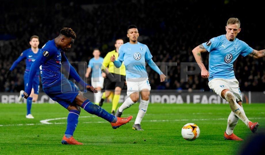 PEMAIN muda Chelsea, Hudson-Odoi (kiri) meledak gol ketiga menentang Malmo di Stamford Bridge, awal pagi tadi. - FOTO Reuters