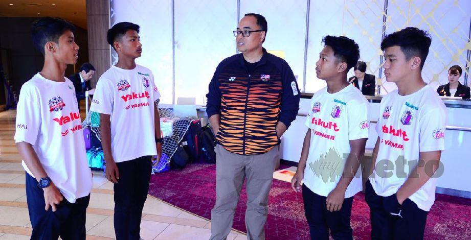 PENGARAH Bahagian Atlet Majlis Sukan Negara (MSN), Jefri Ngadirin bersama peserta Projek Impian ASEAN (ADP) 2019 di Okayama, semalam.
