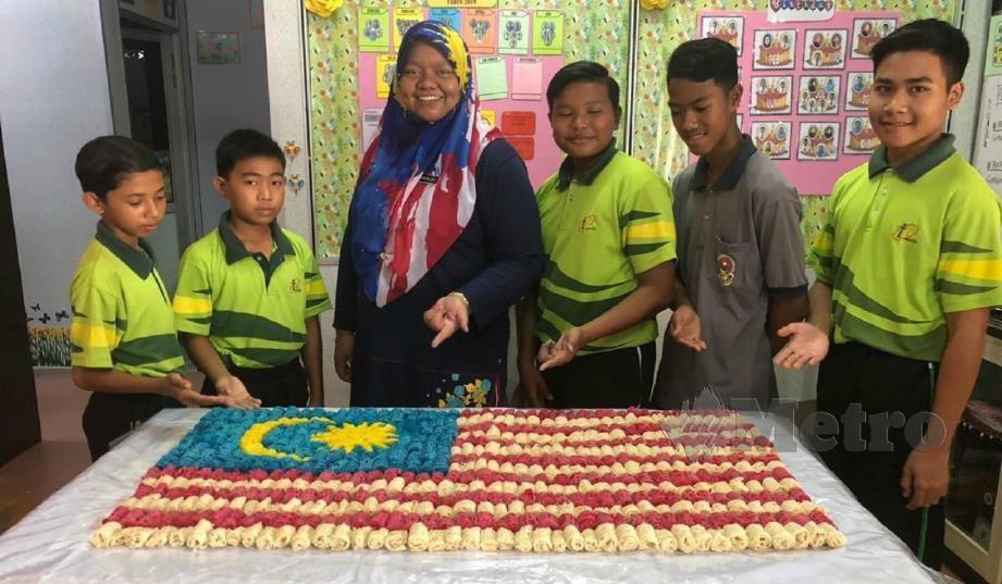 NOR Zaliza bersama lima pelajarnya yang menyediakan roti jala Jalur Gemilang.