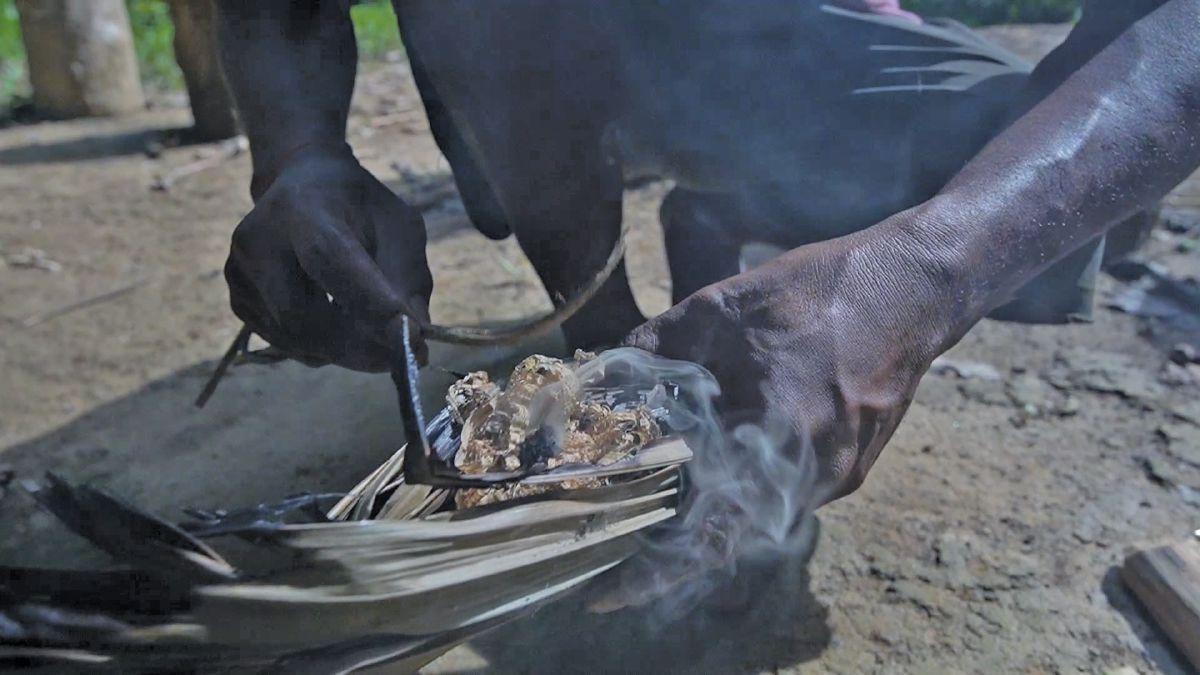 AKTIVITI menyalakan api secara tradisional oleh masyarakat Orang Asli.