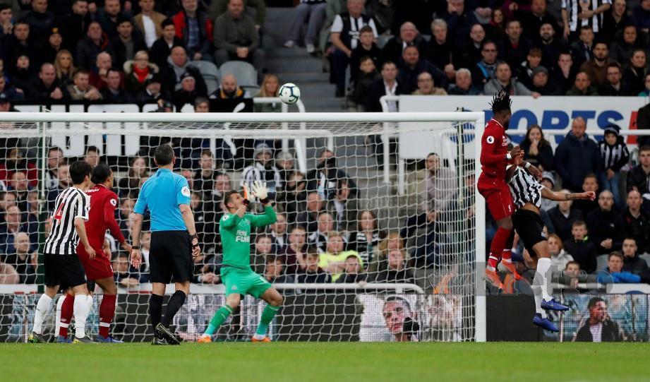 TANDUKAN Origi (dua kanan) membantu Liverpool kekal bersaing dengan Manchester City dalam Liga Perdana. — FOTO Reuters