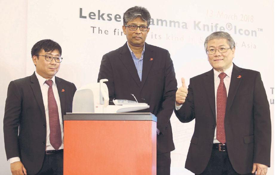 (DARI kanan) Lau bersama Dr Ravi dan Perunding Onkologi Dr Tho Lye Mun pada pelancaran Leksell Gamma Knife Icon.