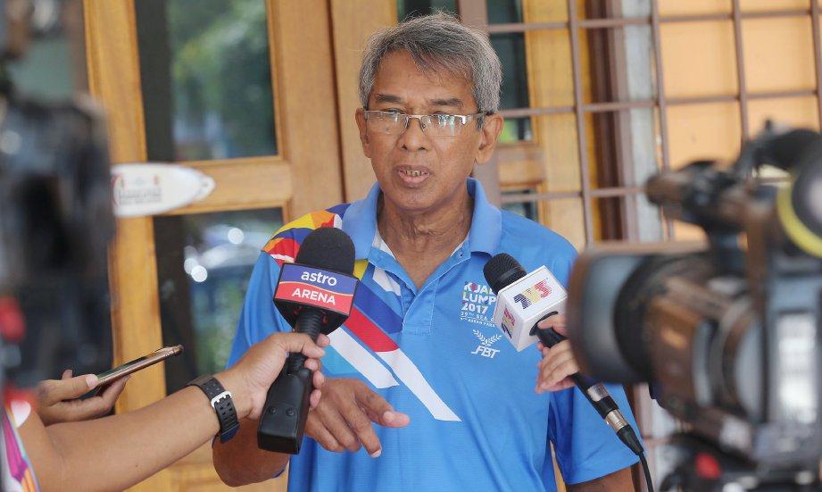 KAMARUZAMAN ditanya media berhubung kes Sazali di Pejabat MBBF di Kompleks Sukan Desa Tasik, Bandar Tasik Selatan, Sungai Besi. -Foto OWEE AH CHUN