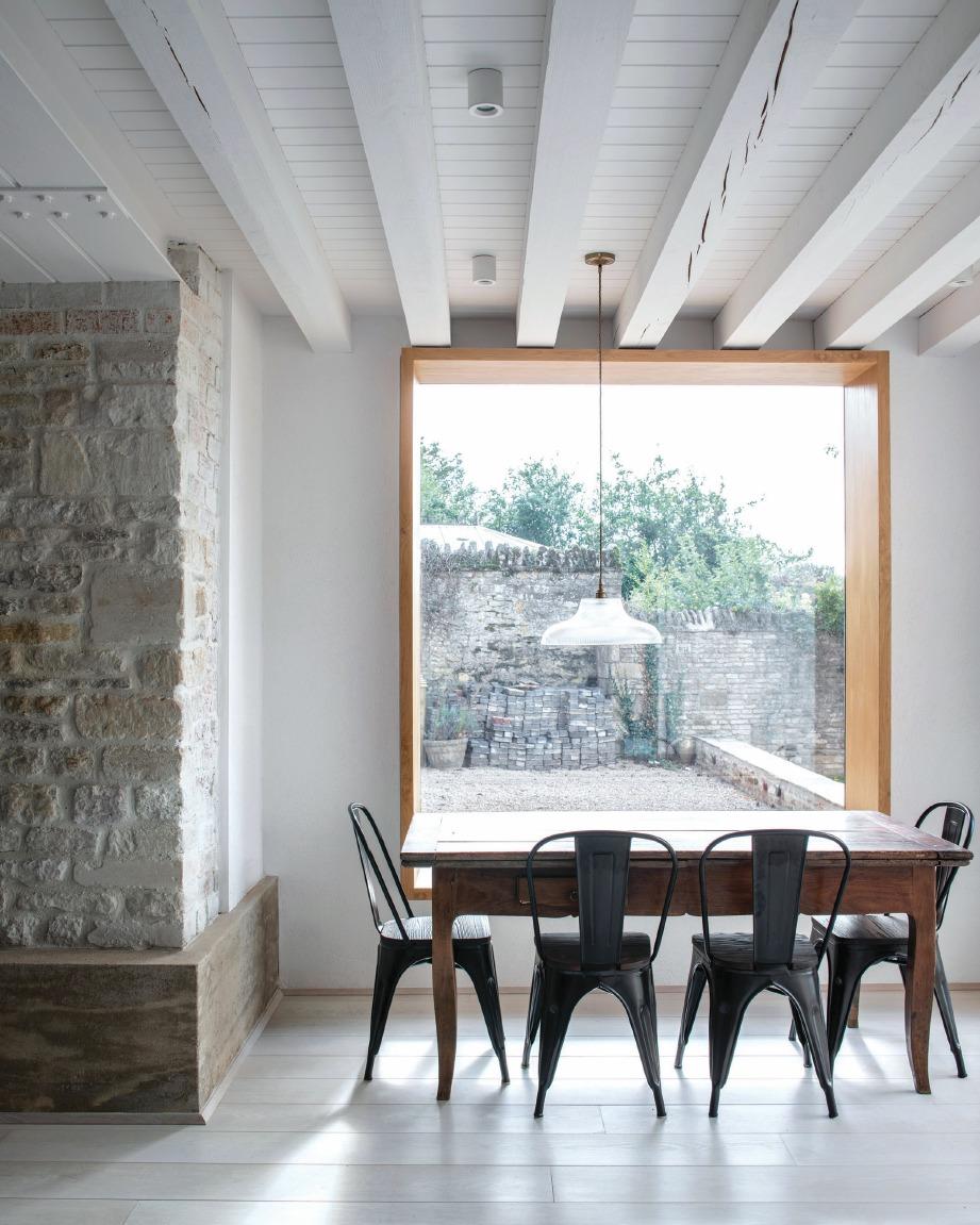 ARKITEK menggunakan konsep tingkap besar polos bagi memudahkan kemasukkan cahaya ke dalam kediaman. FOTO Sumber Google