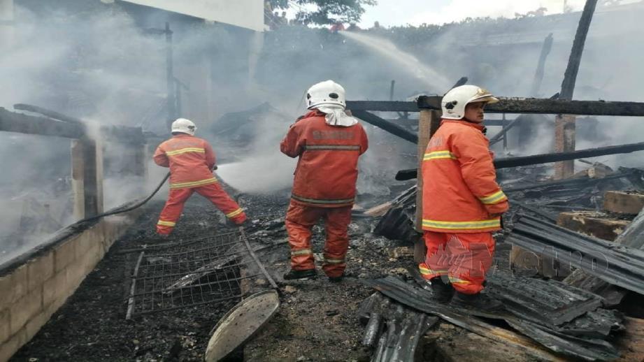 ANGGOTA bomba memadamkan kebakaran. FOTO ihsan JBPM
