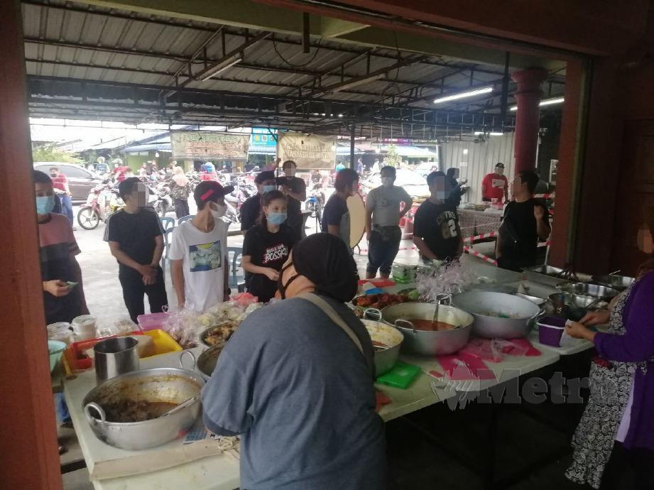 PEMBELI menunggu giliran untuk membeli juadah berbuka puasa di salah satu kedai makan di Padang Jawa. FOTO RUWAIDA MD ZAIN