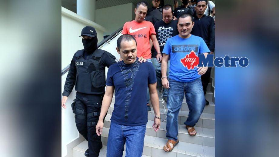 Anggota polis mengiringi empat lelaki yang dipercayai ahli Geng Pak Su di Mahkamah Sesyen Alor Setar untuk sebutan semula selepas didakwa menganggotai kumpulan jenayah terancang dua tahun lalu. FOTO Amran Hamid