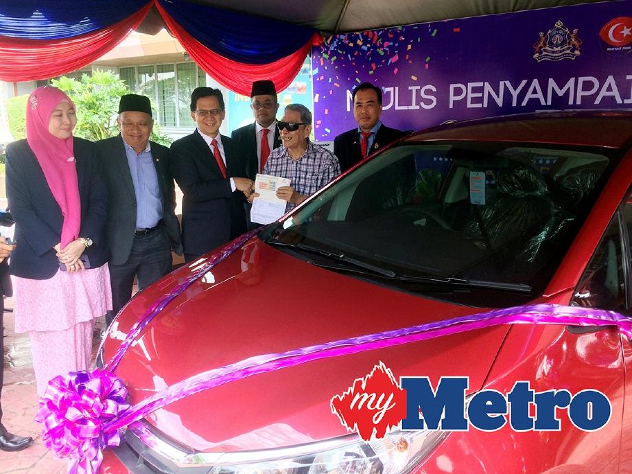 DATUK Bandar MBJB, Amran A Rahman (tengah) menyampaikan hadiah utama kepada Lay Kwang (dua dari kanan) bersempena Mesyuarat Penuh MBJB dan Majlis Penyampaian Hadiah Cabutan Bertuah 2017 di Hadapan Pejabat MBJB, Johor Bahru. -Foto NURUL AMANINA SUHAINI
