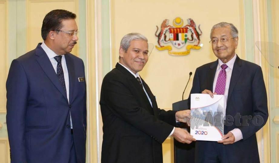 DR Mahathir (kanan) menerima buku Pakej Rangsangan Ekonomi 2020 di Bangunan Perdana Putra, semalam. FOTO Ahmad Irham Mohd Noor