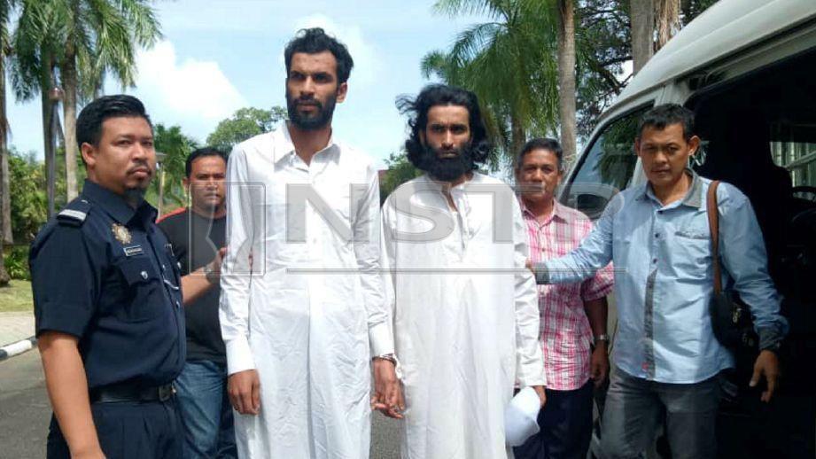 DUA warga Pakistan yang dijatuhi hukuman penjara dan denda oleh Mahkamah Rendah Syariah Kuala Terengganu. FOTO Hanneeyzah Bariah Baharin