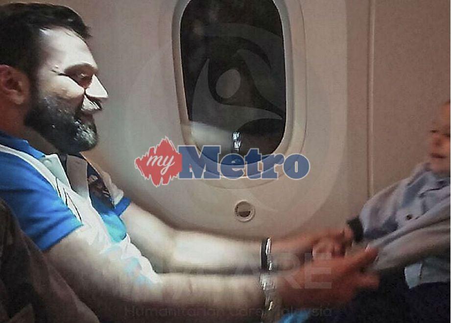 WAJAH seorang penumpang mirip Allahyarham Dr Fadi M R Albatsh menimbulkan suasana sedih di dalam pesawat apabila anaknya bertindak memeluk dan bermanja dengan lelaki berkenaan. FOTO Ihsan MyCARE