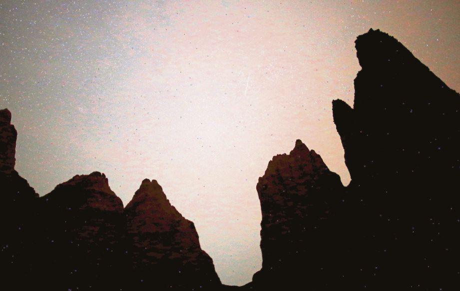 PANCARAN tahi bintang (meteor) menyinari ruang langit di Sand Pyramids. - Foto Reuters
