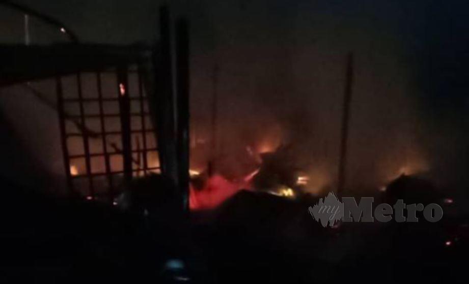 ANTARA rumah yang terbakar. FOTO Ihsan Bomba