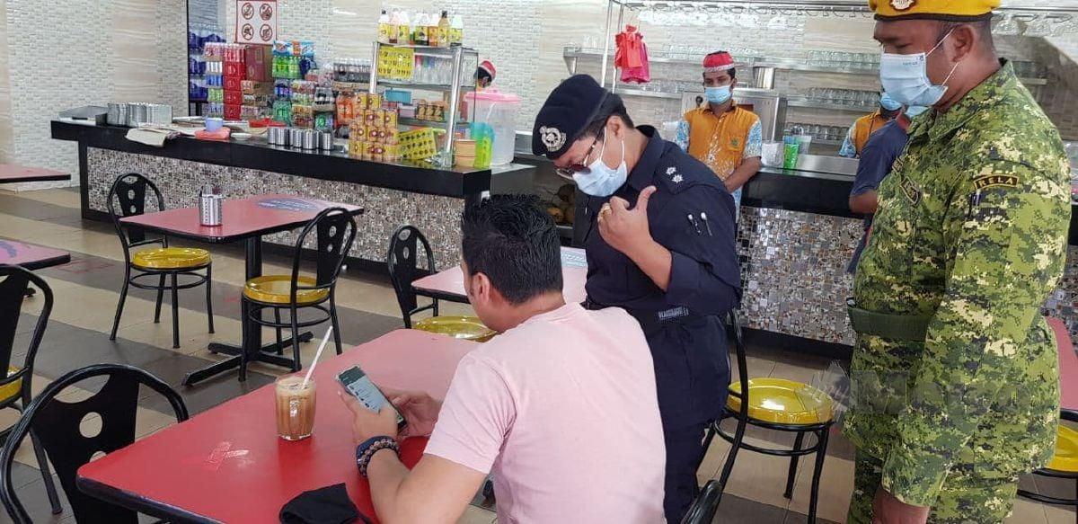 ANGGOTA polis bertugas melakukan pemantauan Ops Covid-19 di sekitar Pekan Kajang dan Bandar Baru Bangi, hari ini. FOTO Nurul Hidayah Bahaudin