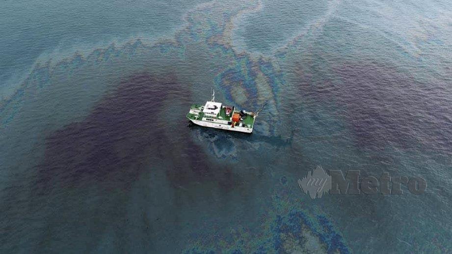 JABATAN Laut Wilayah Selatan membersihkan sisa minyak MFO. FOTO ihsan Jabatan Laut Malaysia