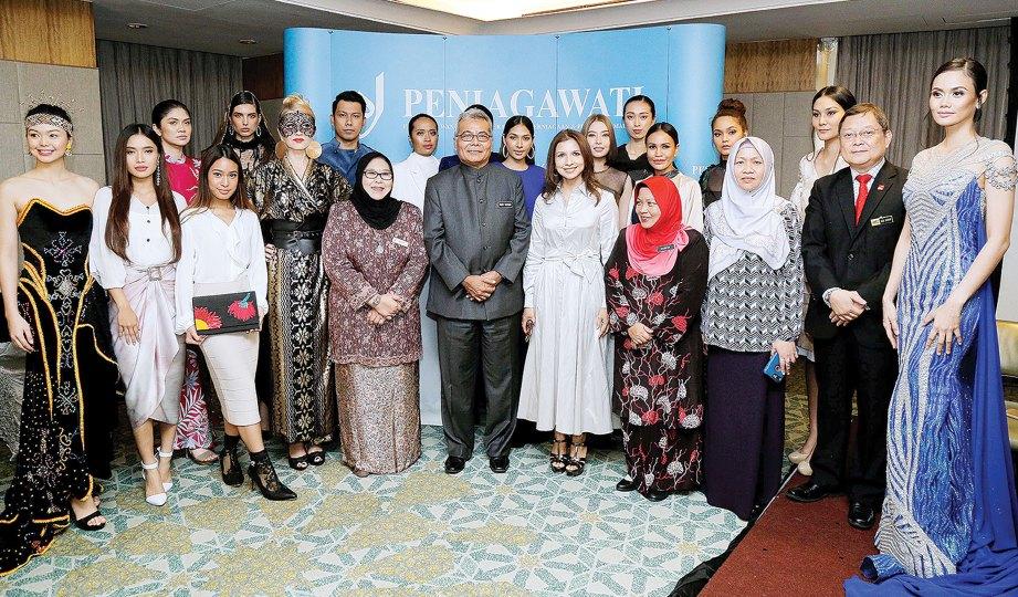 AZLIN (lapan dari kiri) dan Mohd Redzuan bersama model dengan koleksi fesyen akan diperagakan di New York.