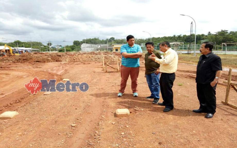 Sumet Sasithon (dua kanan) bersama wakil media Selatan Thailand dan Presiden Kelab Media Elit Kedah, Mohd Rafie Azimi meninjau lokasi tapak pembinaan parkir dan premis perniagaan. FOTO Nordiana Shafiee