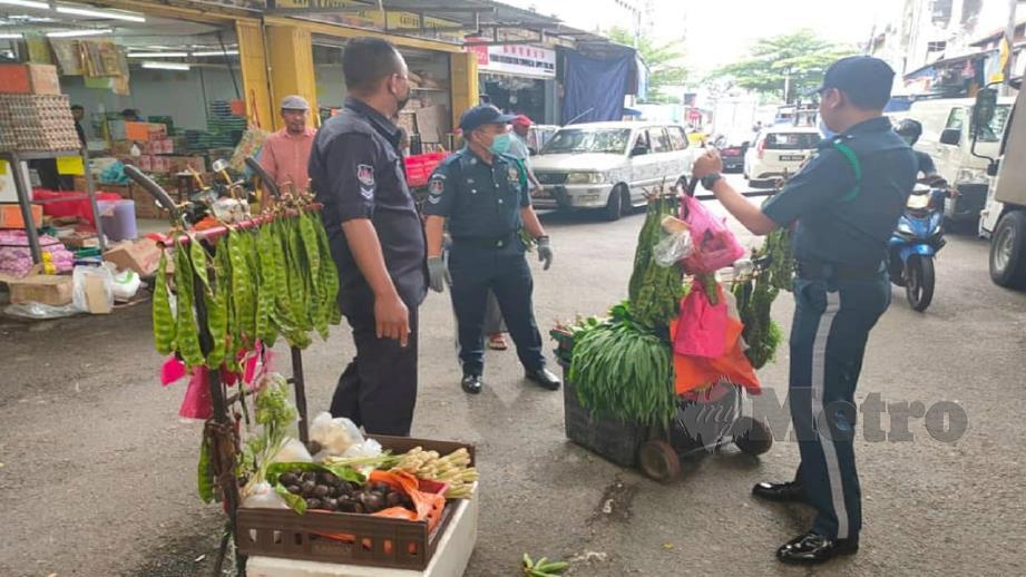DBKL menyita barangan penjual sayur warga asing di sekitar Jalan Raja Bot, Jalan Haji Hussein 3, Kuala Lumpur, hari ini.  FOTO Ihsan DBKL.