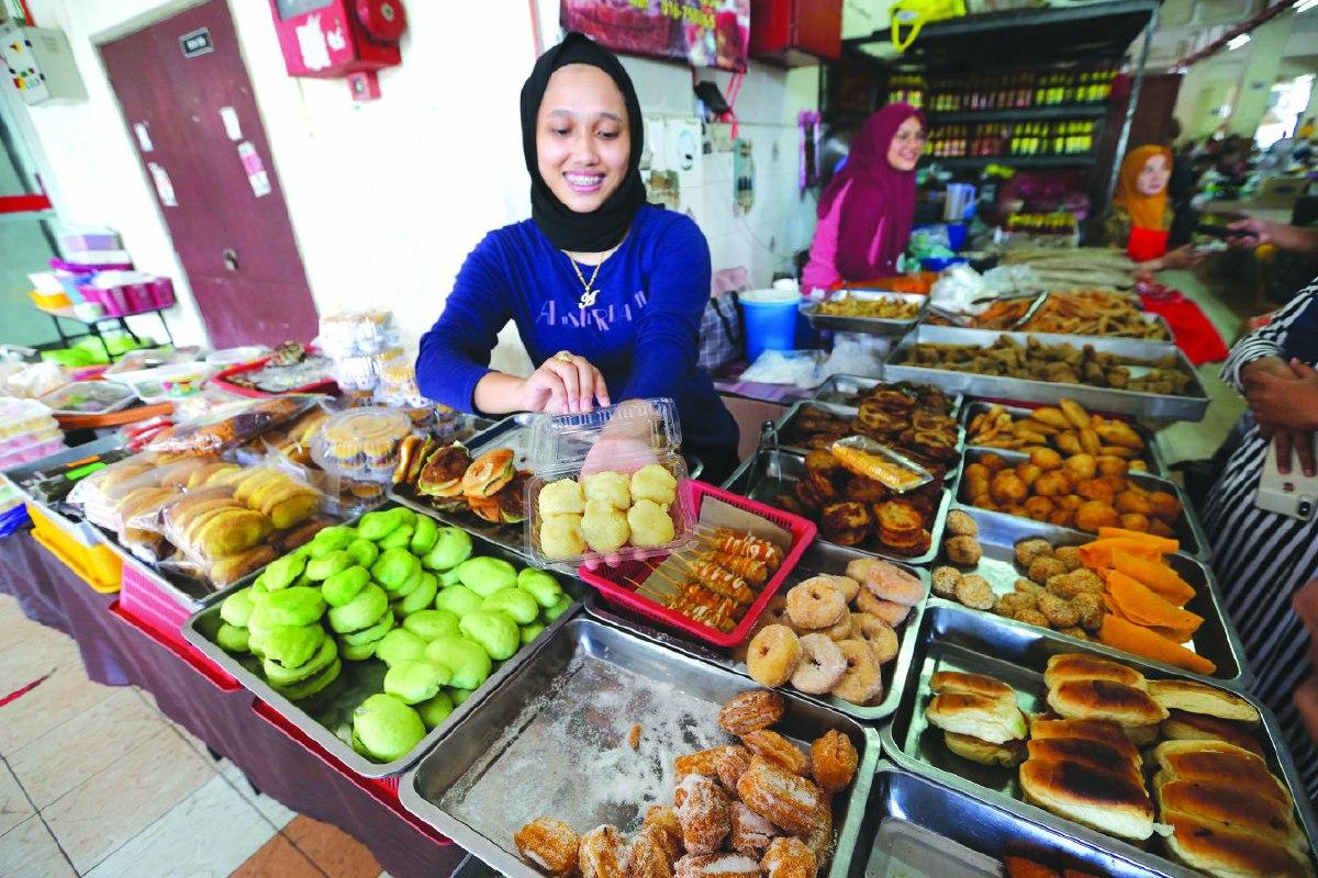 ANTARA makanan tempatan dijual di Pasar Besar Siti Khadijah.