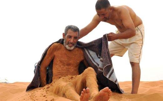 BADAN akan dibalut dengan tuala panas selepas mandi pasir untuk elak kejutan suhu.