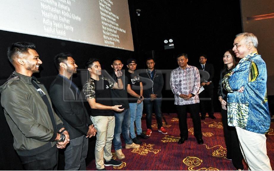 Sultan Nazrin Shah (kanan) dan Tuanku Zara Salim (dua, kanan) berkenan beramah mesra bersama barisan pelakon dan pengarah filem Paskal Adrian Teh (tiga, kiri) selepas menghadiri Tayangan Khas Paskal The Movie. Turut hadir Ahmad Kamarulzaman (empat, kanan). FOTO BERNAMA