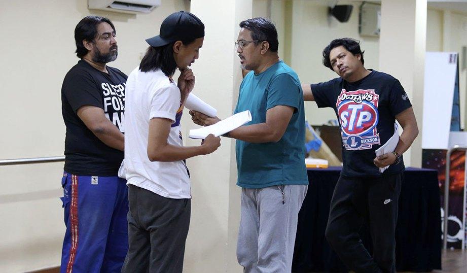 PAT (dua dari kanan) memberikan tunjuk ajar kepada pelakonnya.