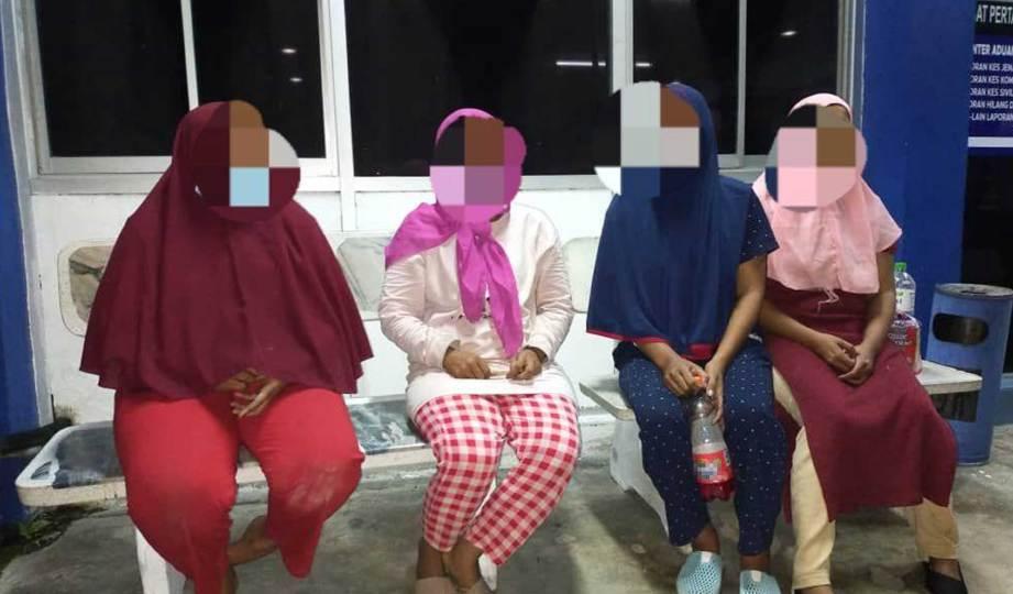 PASUKAN Gerakan Am (PGA) Batalion 4, menahan empat wanita warga Indonesia berusia 27 hingga 37 dalam Op Benteng Covid di kawasan ladang kelapa sawit di Taman Kenari, Sungai Sembilang. FOTO Ihsan PGA