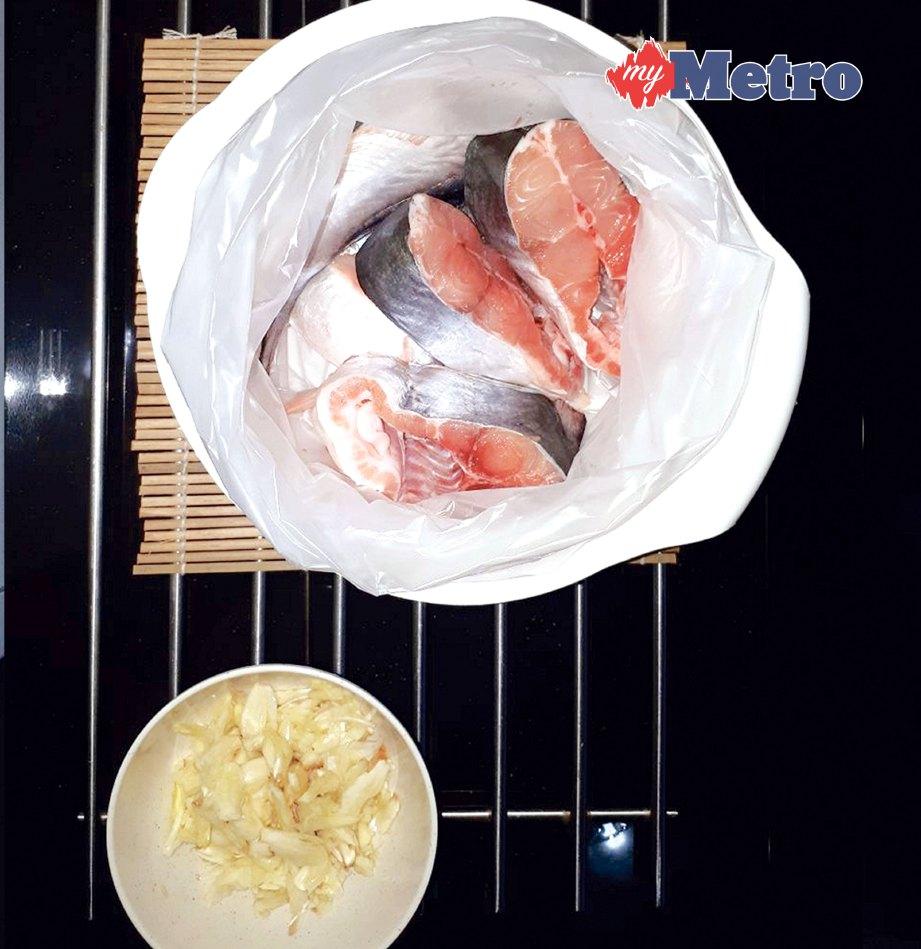 2. SEDIAKAN bekas yang dialas dengan plastik untuk memudahkan proses meratakan bahan. Masukkan ikan.