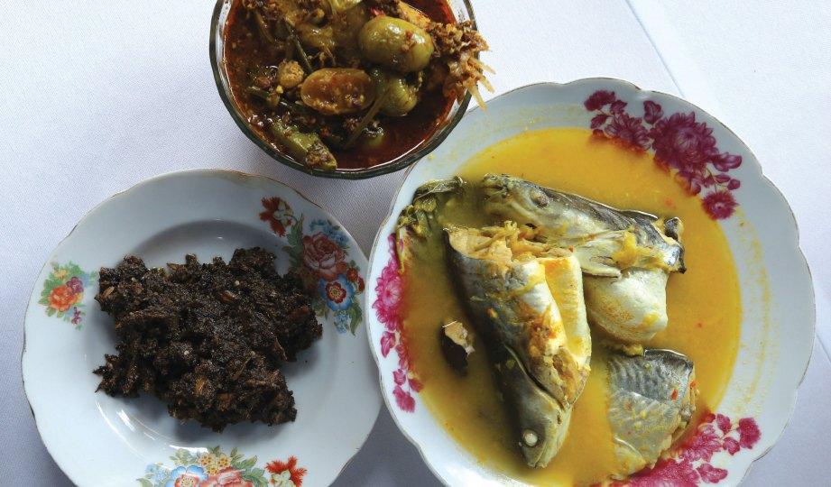 MAKANAN tradisional Pahang yang siap dimasak iaitu gulai rom, asam tempoyak patin dan sambal hitam pada Pesta Masakan Tradisional Pahang.
