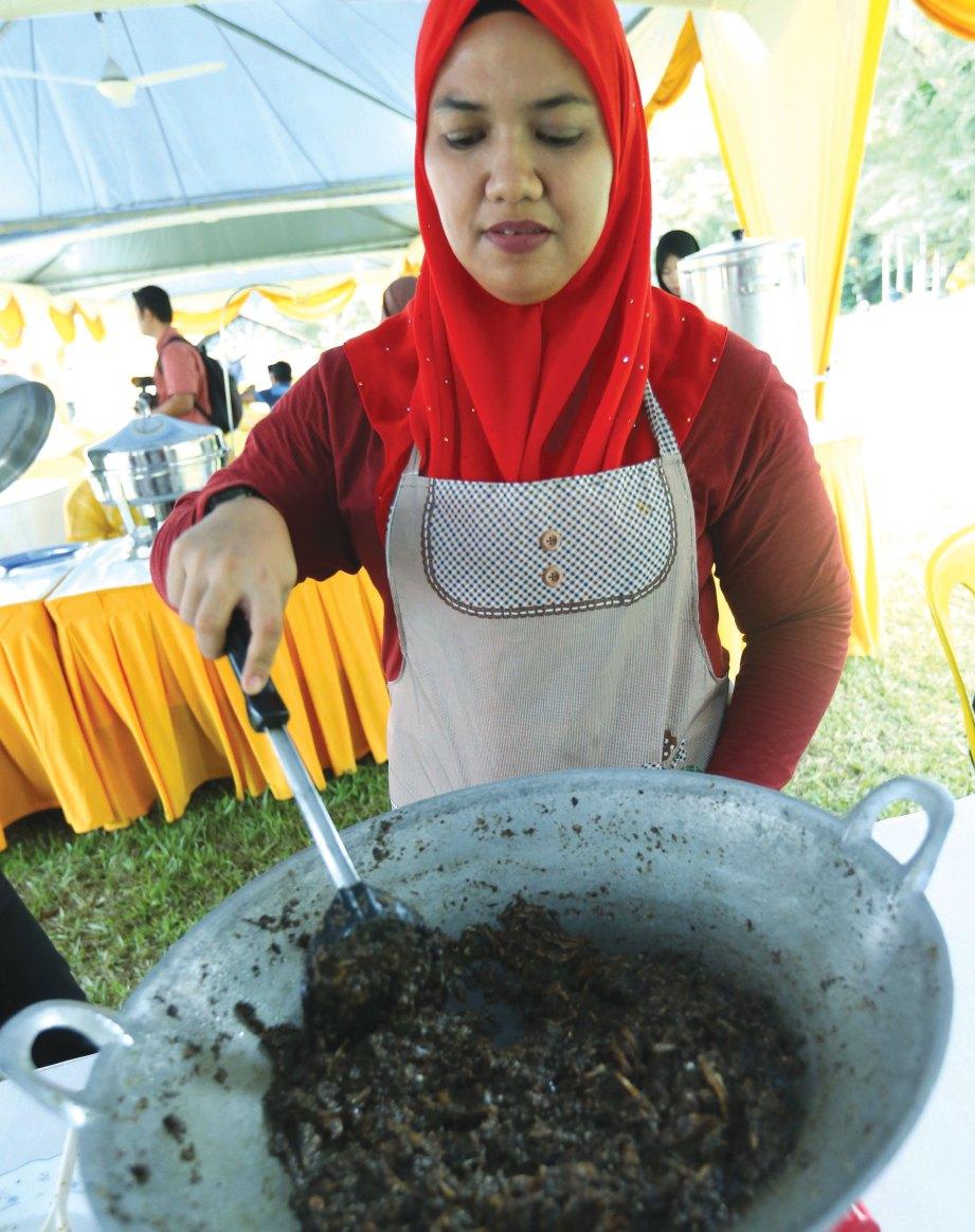 SHAFINAZ menunjukkan cara memasak sambal hitam Pahang.