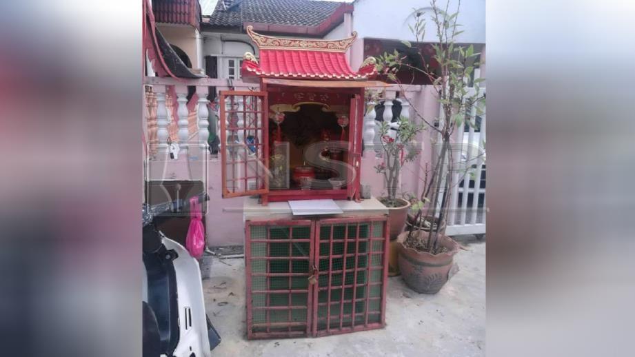 LOKASI patung berhala 'Datuk Gong' dilaporkan hilang sebelum ditemui di Surau Sabilul Huda, Taman Pendamar Indah, Klang, semalam. FOTO ihsan pembaca.