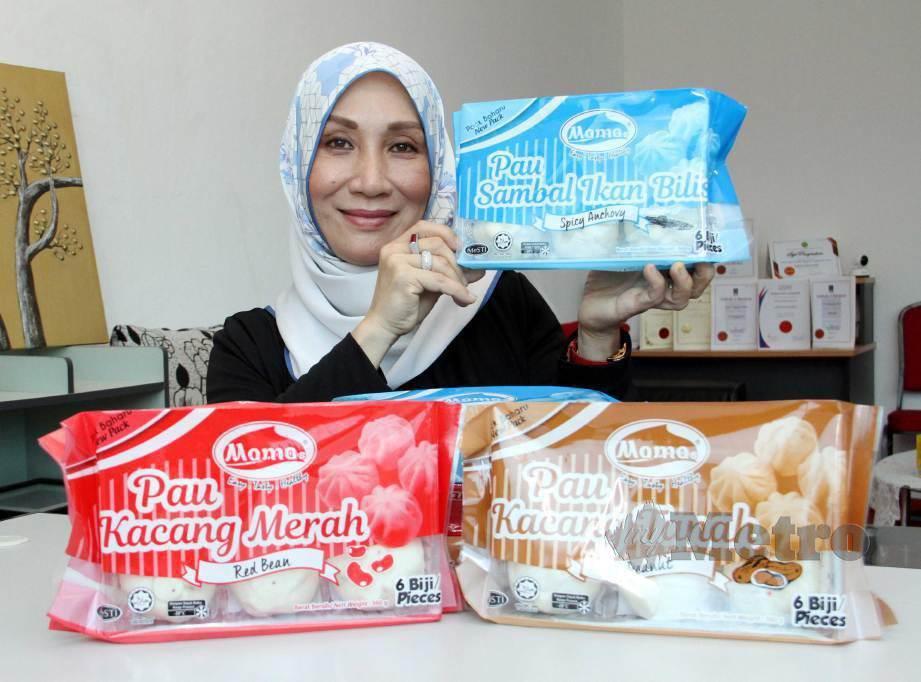 ROZILAH bersama produk pau sejuk beku yang dijualnya. FOTO Malai Rosmah Tuah