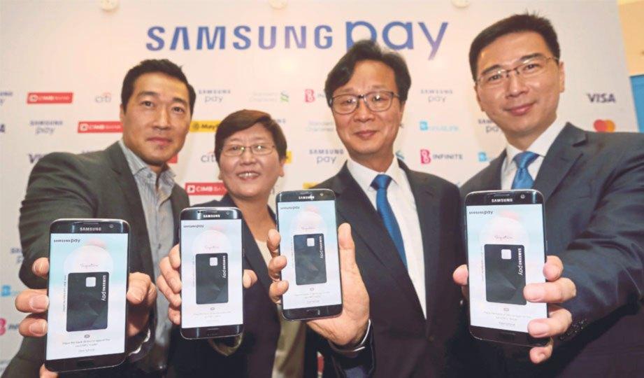 DARI kiri Pengarah Samsung Pay Samsung Electronics, Dan Seung Han, Naib Presiden Perniagaan Pembayaran Kumpulan Samsung Electronics, Elle Kim, Presiden Samsung Malaysia Electronics, Lee Sang Hon dan Jui Siang pada majlis pelancaran Samsung Pay di sini, baru-baru ini.