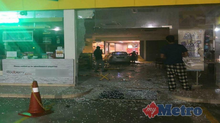 Proton Saga dinaiki wanita terbabit merempuh kedai serbaneka stesen minyak di Jalan Pesona, Taman Pelangi Indah, awal pagi tadi.