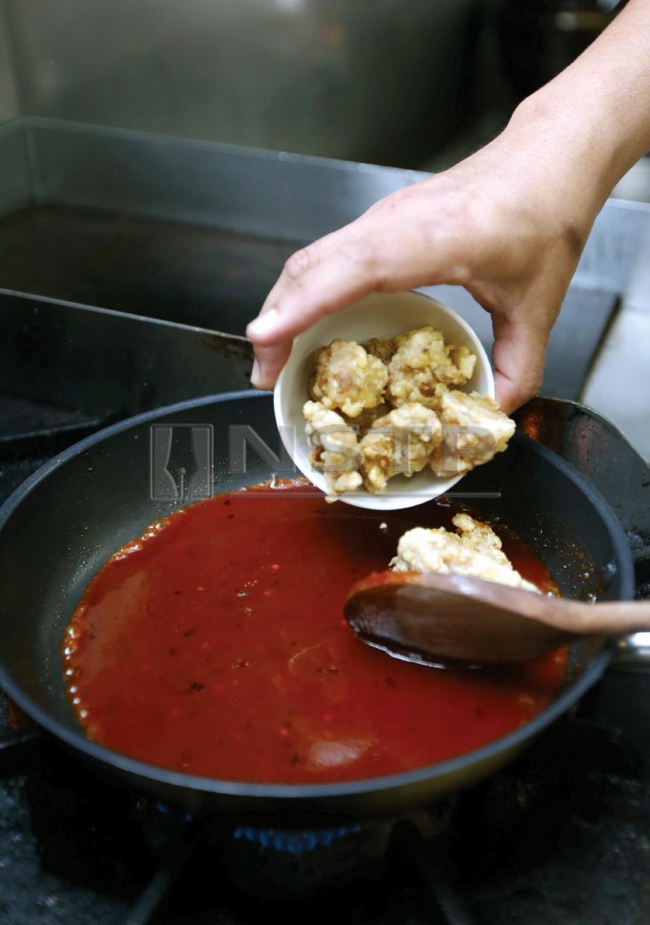 3. MASUKKAN ayam yang sudah digoreng dan kacau sehingga sebati.