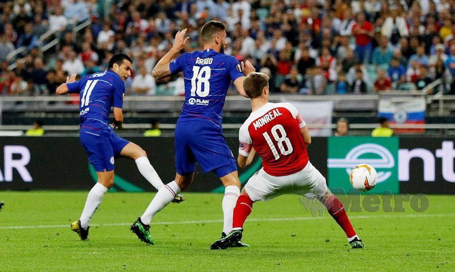 PEDRO (kiri) menyumbat gol kedua Chelsea di Baku. — FOTO Reuters
