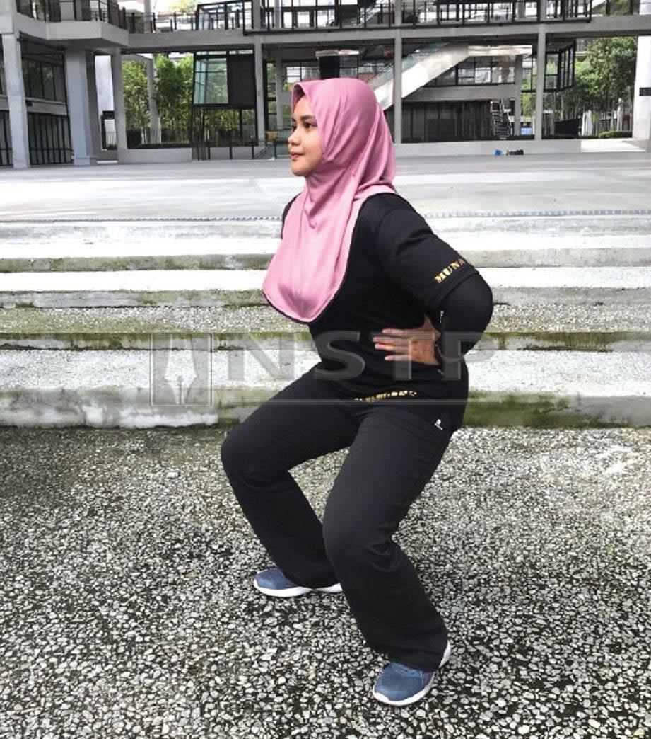 1. LAKUKAN squat dengan bukaan kaki melebar lebih dari bahu.