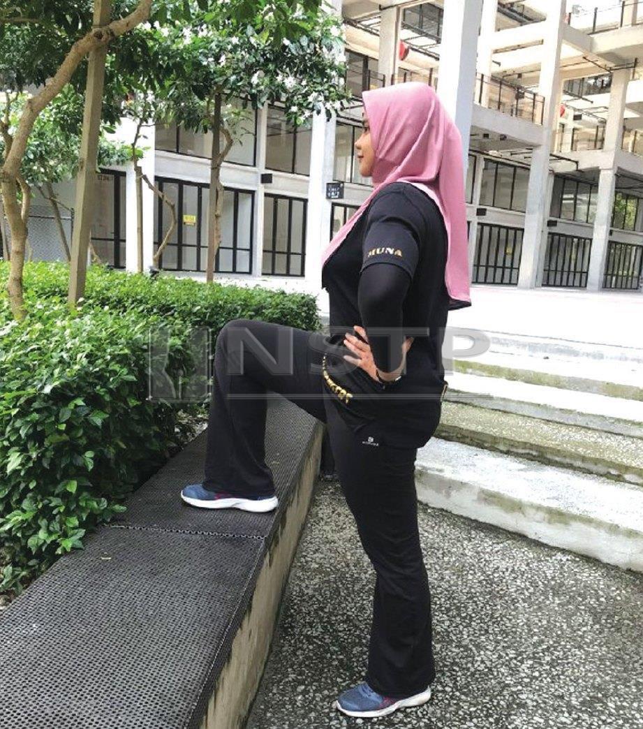 1. SEBELAH kaki naik ke permukaan lebih tinggi seperti tangga atau papan senaman.