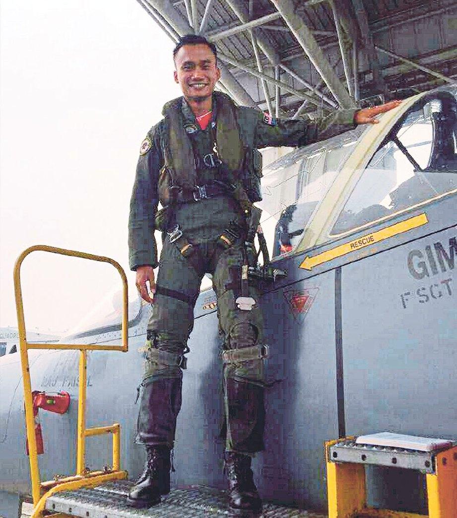 NUR Amin mengendalikan pesawat pejuang Hawk.