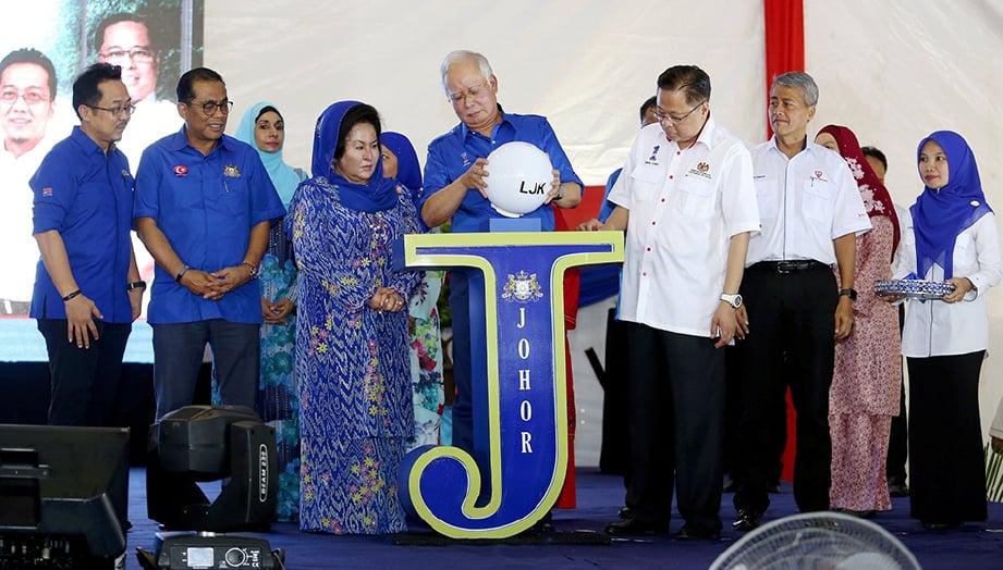 NAJIB melakukan perasmian sambil diperhatikan Datin Seri Rosmah Mansor (tiga dari kiri), Menteri Besar Johor, Datuk Seri Mohamed Khaled Nordin (dua dari kiri), Menteri Kemajuan Luar Bandar dan Wilayah, Datuk Seri Ismail Sabri (tiga dari kanan) dan Ahli Parlimen Muar, Datuk Seri Razali Ibrahim (kiri) ketika Majlis Penyerahan Lampu Jalan Kampung Fasa 8 Negeri Johor di Padang Awam Bukit Mor, Muar.