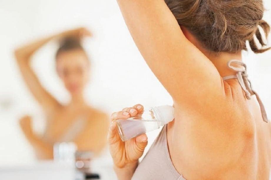 PENGGUNAAN ubat cecair antipeluh di ketiak boleh merawat gejala peluh berlebihan.