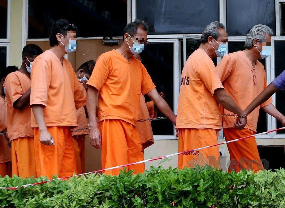 EMPAT beradik pemilik kilang yang menyebabkan pencemaran bau dan air di kawasan perindustrian Sungai Gong, Rawang direman di Mahkamah Selayang. FOTO Eizairi Shamsudin