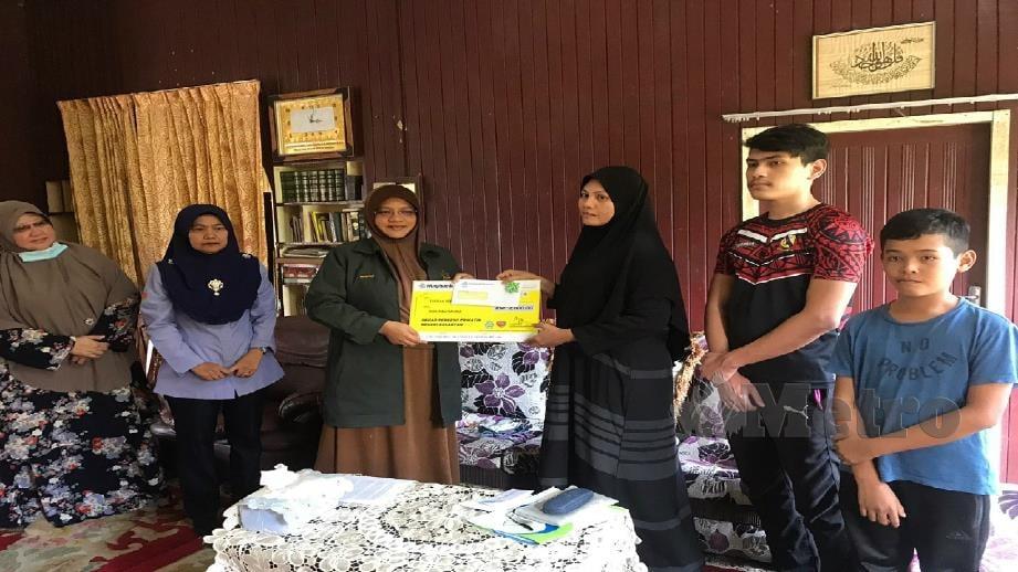 DATUK Mumtaz Md Nawi (tiga kiri)menyampaikan replika cek kepada Masnita Mustaffa (tiga kanan). FOTO HAZIRA AHMAD ZAIDI