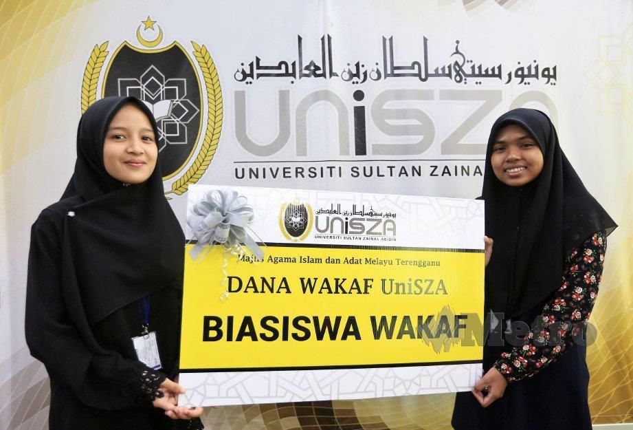 NURSYAFANIS (kiri) dan Siti Nor Hasma menerima Biasiswa Wakaf UniSZA. FOTO Ghazali Kori