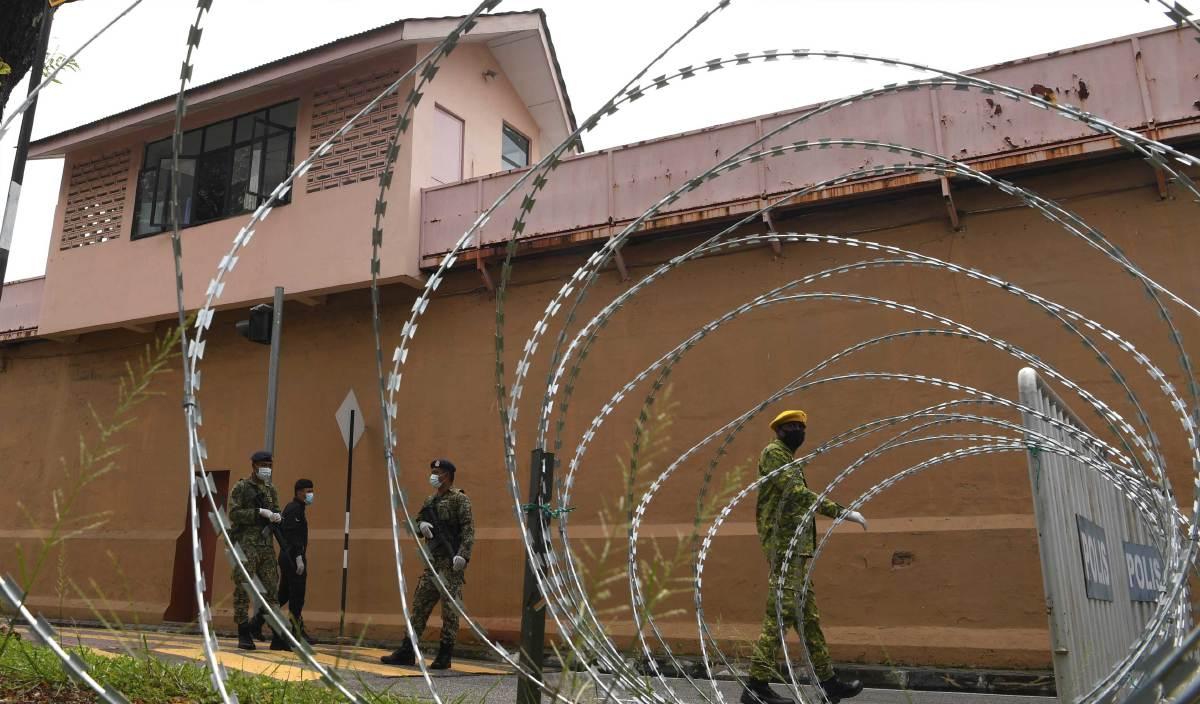 ANGGOTA tentera, polis dan Rela mengawal Jalan Penjara, terletaknya Penjara Reman Pulau Pinang dan kuarters kediaman setelah dilaksanakan Perintah Kawalan Pergerakan Diperketatkan (PKPD). FOTO BERNAMA