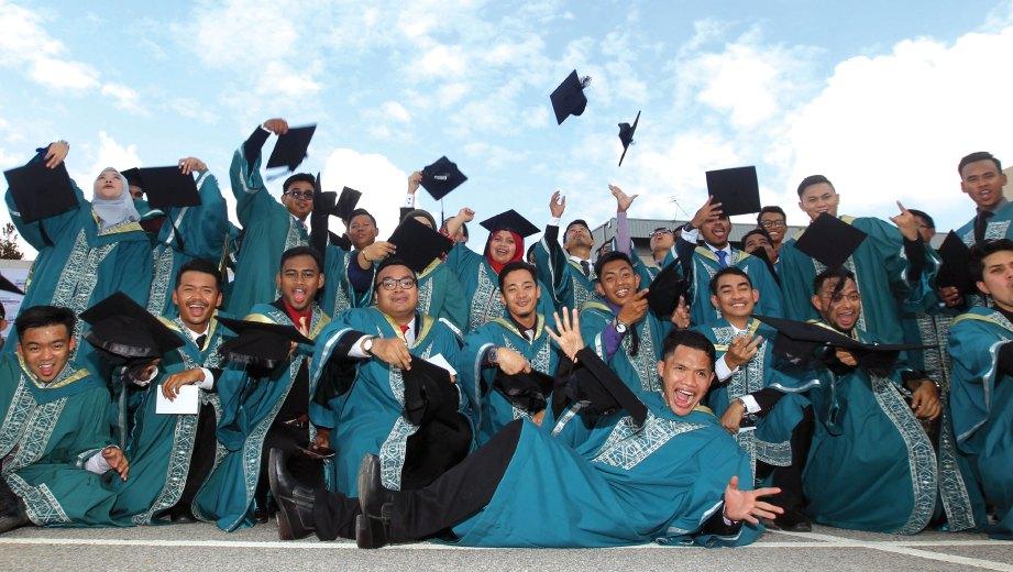 KECEMERLANGAN mahasiswa banyak dibantu pensyarah