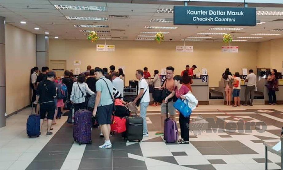 PENUMPANG beratur di kaunter daftar masuk selepas penerbangan semula pada tengah hari di LTSAS. FOTO Ihsan LTSAS.