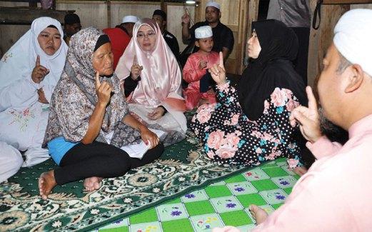 SITI Fatimah (dua dari kanan) mengislamkan Kamilah Ampohol atau nama asalnya Saminggu di Musolla As-Syahadah, Kampung Pagar-Pagar diikuti bersama pendakwah.
