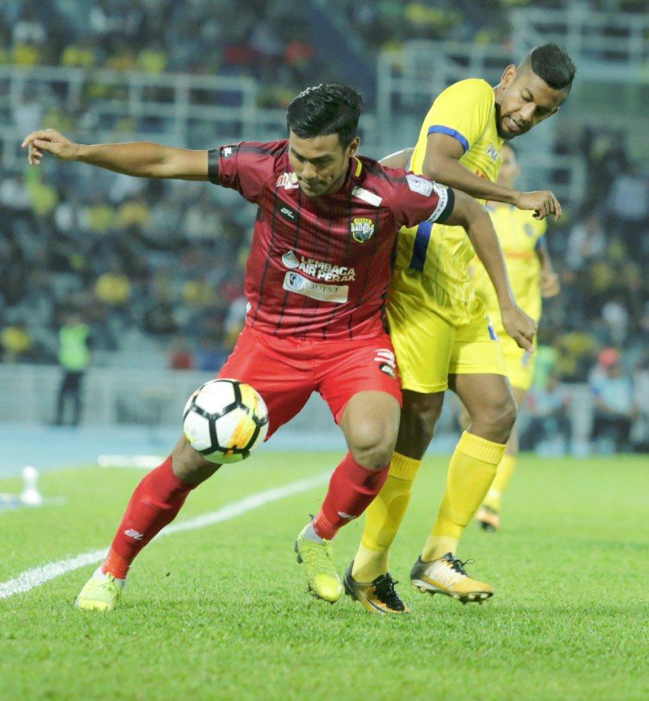PEMAIN Pahang, Kogisleswaran Raj (kanan) mengasak pemain Perak, Shahrul Mohd Saad dalam saingan Liga Super 2018 di Stadium Darul Makmur.  Foto ZULKEPLI OSMAN