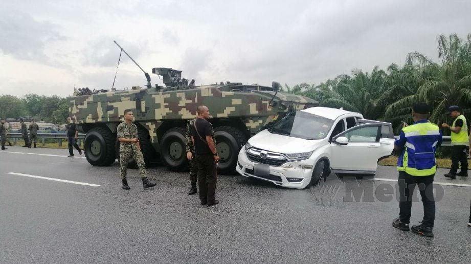 KEADAAN Honda CRV yang dirempuh kereta perisai tentera. FOTO Mohd Khidir Zakaria